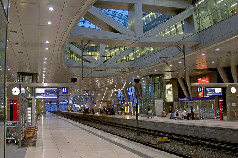 Поезд в аэропорту Мадрида